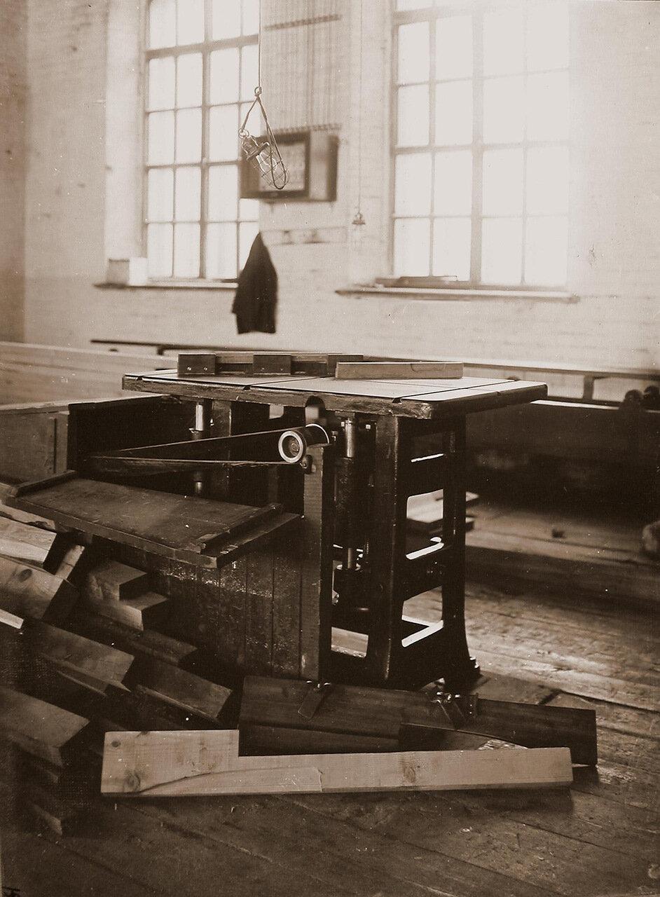 16. Вид деревообрабатывающего станка в одном из цехов мастерской