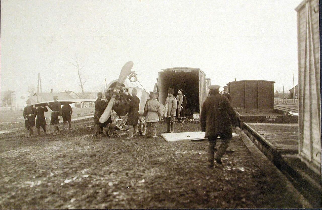 05. Военные за выгрузкой из контейнеров новых летательных аппаратов, предназначенных для отряда. Польша, станция г.Кросно. 2 февраля 1915