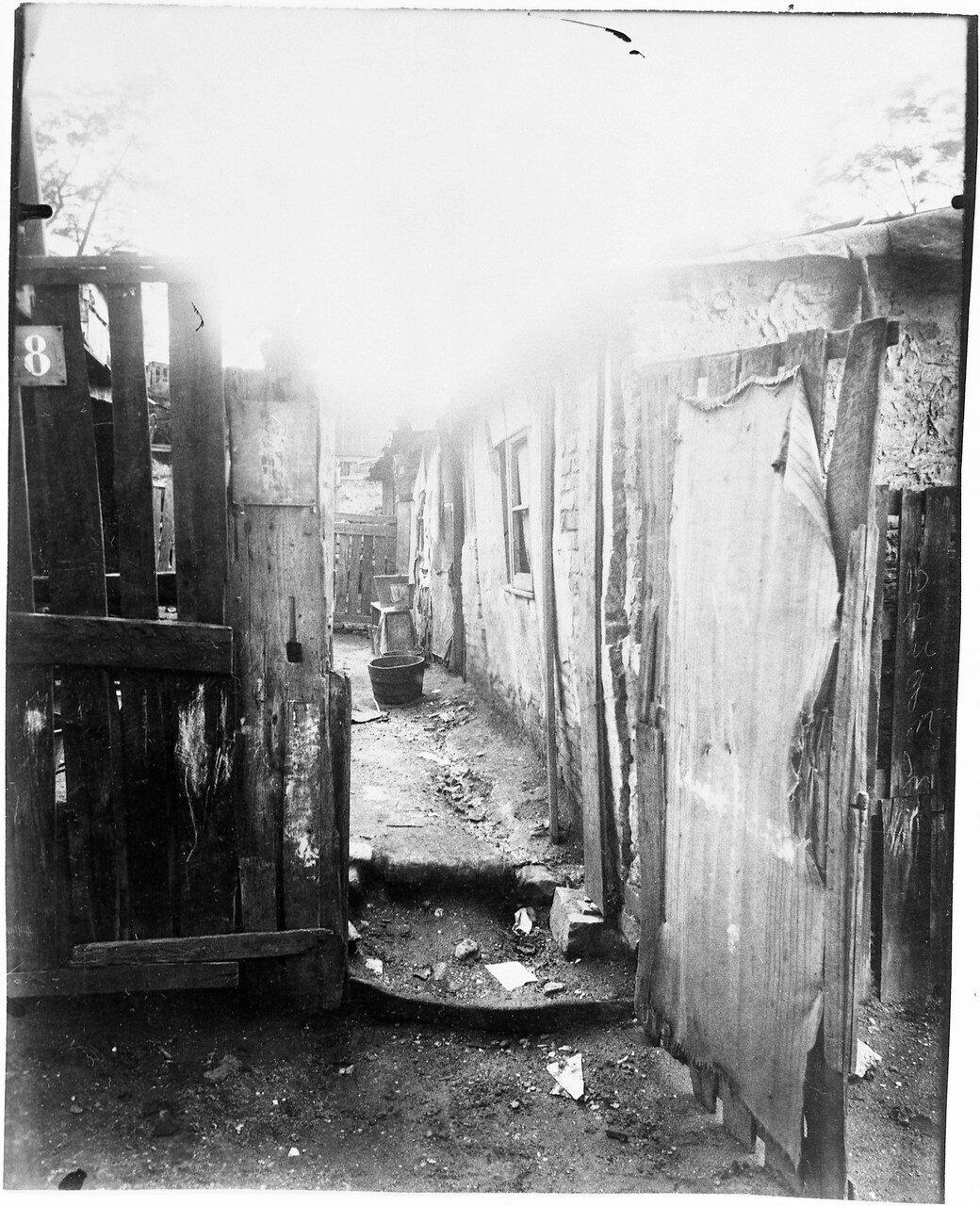1913. Старьевщик с площади Массены. Двор  дома