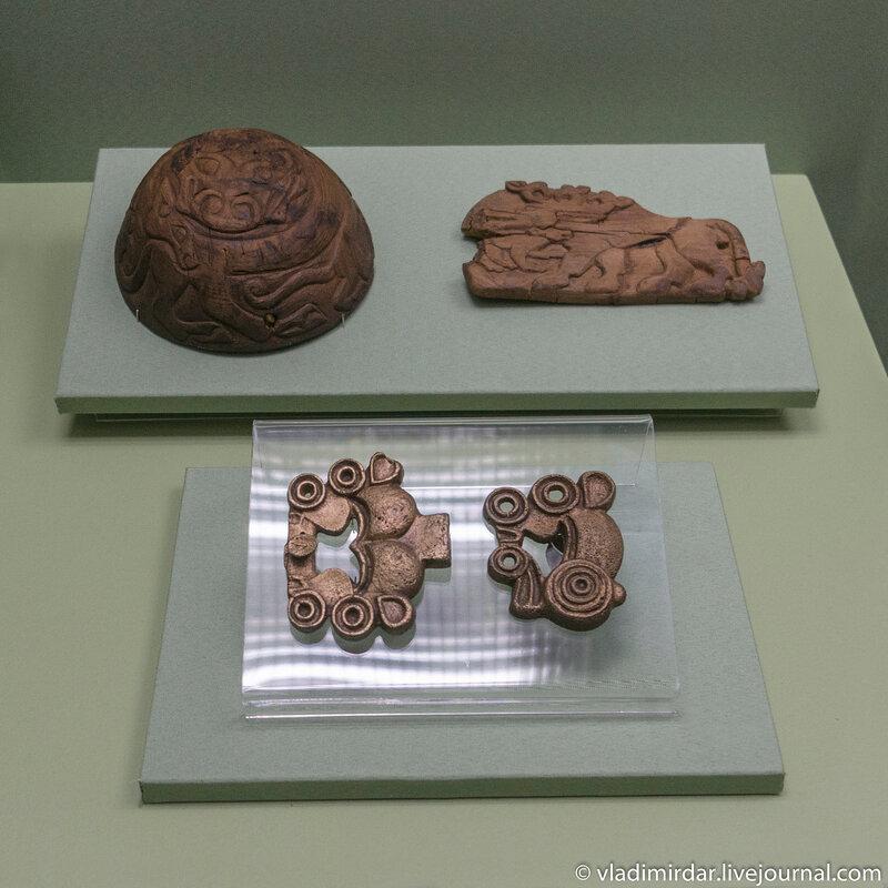 Резные предметы из дерева. V-III в. до н.э. и пряжки подпружные – VII-VI в. до н.э., бронза.