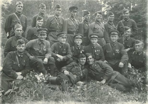 На фото от июня 1942г. Воины-десантники 201-й Воздушно-десантной бригады им. С.М.Кирова на переф.jpg
