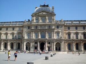 Одно из зданий Лувра