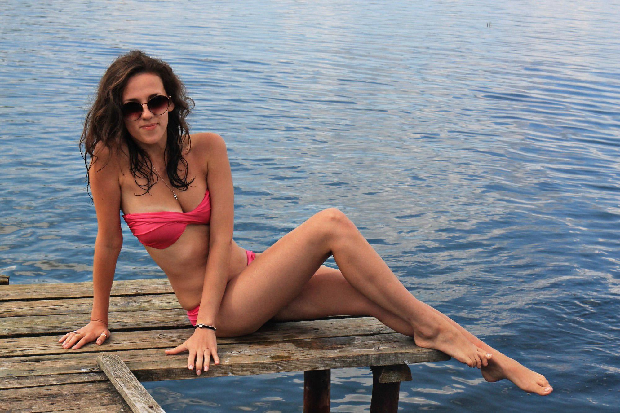 Стройная девчонка в купальнике на мостике