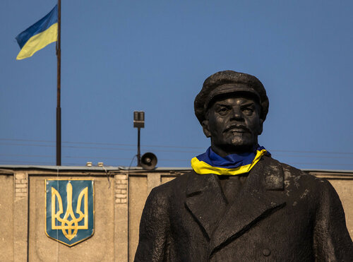 epa04353945 The statue of former Soviet leader Vladimir Lenin dressed with a Ukrainian national flag stands in the eastern Ukrainian city Slaviansk, Ukraine, 14 August 2014.  EPA/ROMAN PILIPEY