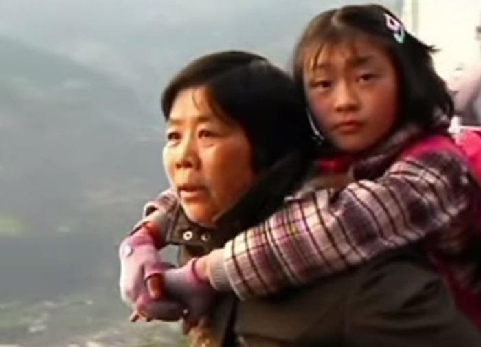 Бабушка три года носит внучку на спине 0 1308ab 966e45e3 orig