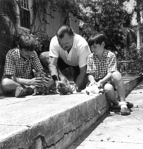 Эрнест Хемингуэй с кошками и детьми