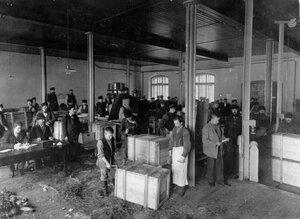 Рабочие в мастерской за изготовлением упаковочной шоры и упаковкой бутылок с винами. Казенный винный склад №1 (Калашниковская наб., 56-58)