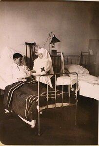Медицинская сестра делает укол раненому в одной из палат госпиталя, оборудованного в здании Политехнического института.