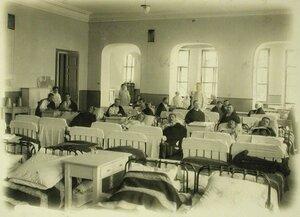 Раненые в одной из палат,устроенной в канцелярии почтово-телеграфной конторы