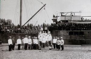 Группа офицеров, встречающих прибывших с Дальнего Востока эвакуируемых, на трапе парохода.