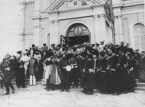 Император Николай II выходит из Тульского собора во время приезда его к месту расположения войск, отправляемых на Дальний Восток.