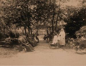 Группа раненых офицеров в саду лазарета.