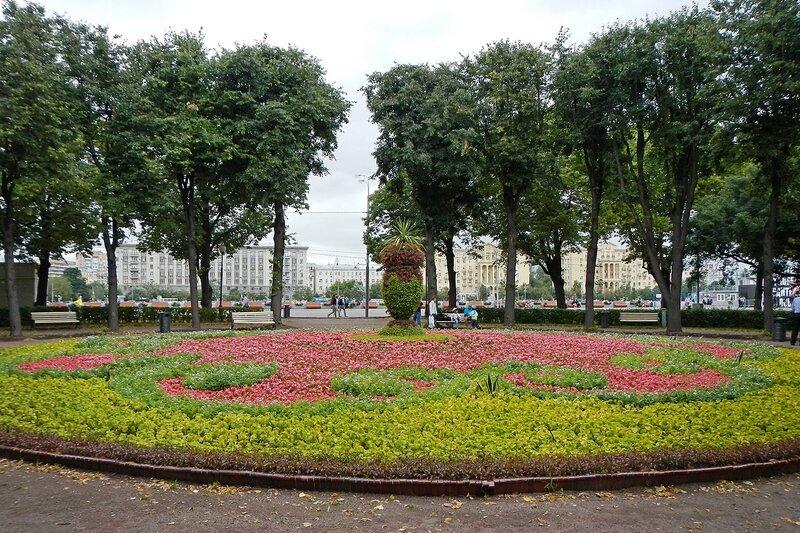 Клумба с вазой из цветов в парке им. Горького