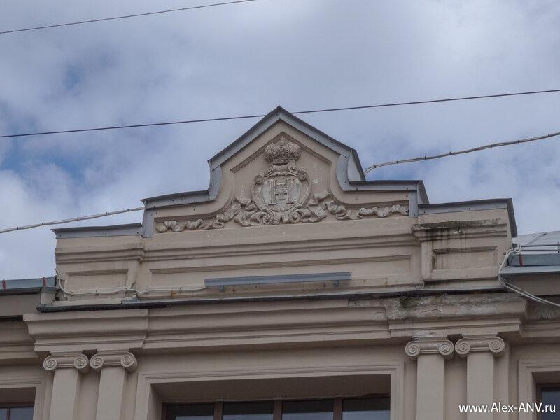 Вензеля на крыше Варшавского вокзала