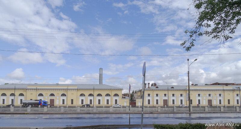 А на другом берегу Обводного канала корпуса бывших казарм