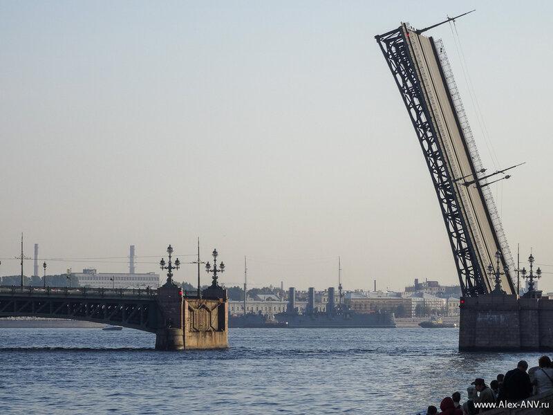 Аврору вывели на середину Невы и разворачивают, чтобы провести через первый, Троицкий мост.