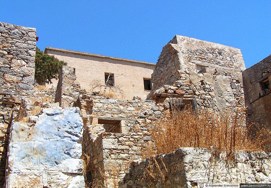 Старые постройки на острове Спиналонга, Греция
