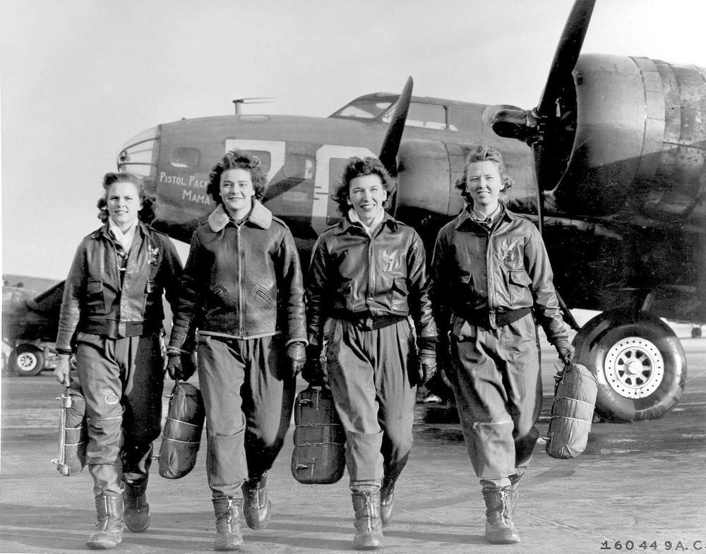 Американские девушки-курсантки после тренировочного полета на самолете B-17 (1943 год)