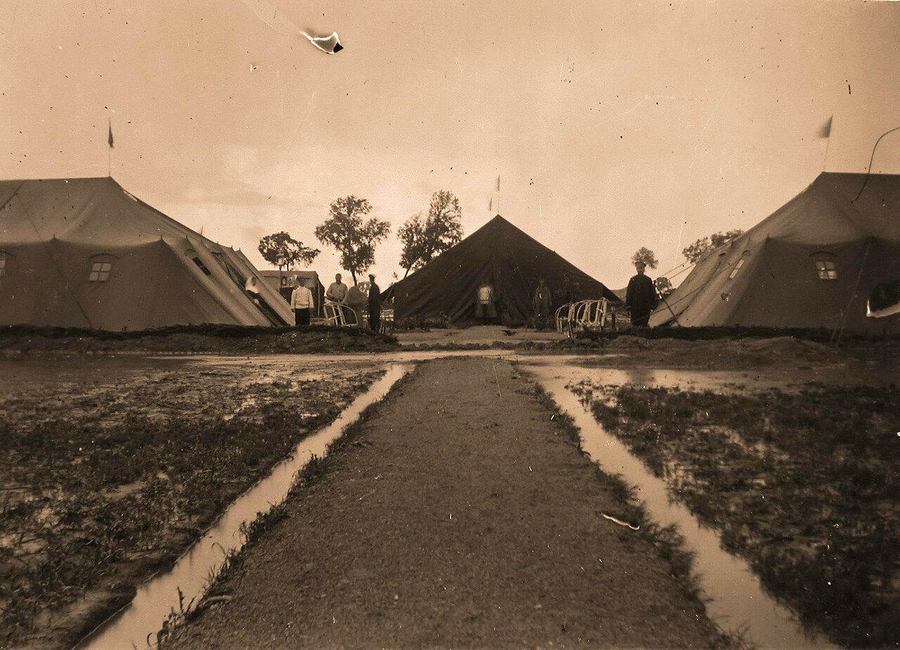 14. Персонал у палаток, где размещался лазарет, во время разлива реки в дождливый период