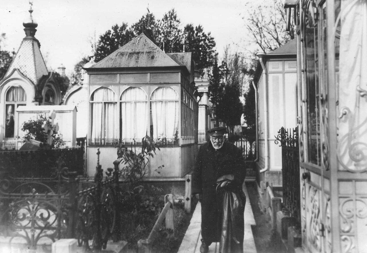 08. Чиновник на кладбищенской дорожке. До 1914