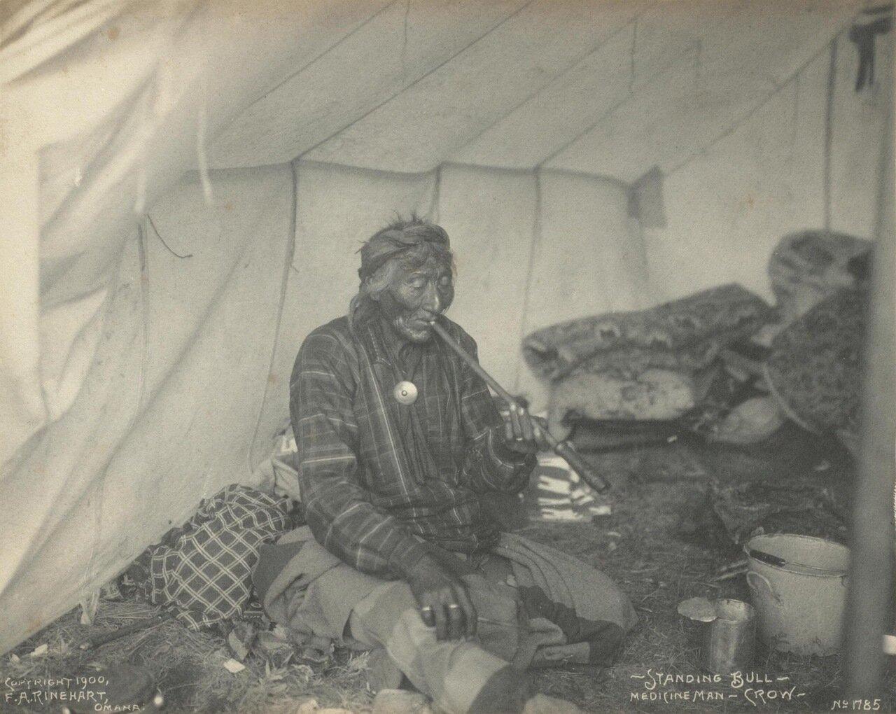 Стоящий Бык. Шаман племени кроу. 1900