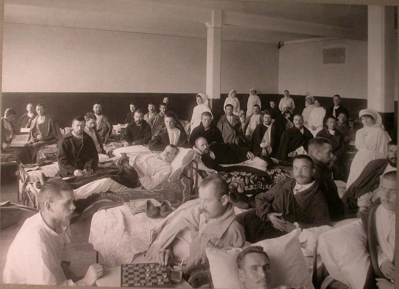 04. Раненые и медицинский персонал в палате лазарета, устроенного в Ермаковском ночлежном доме