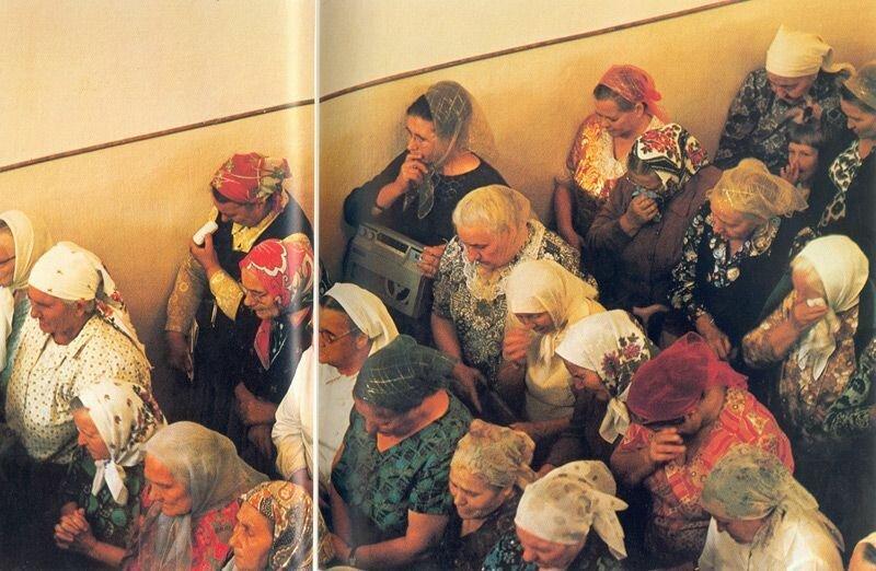 Одесские баптисты внимательно слушают священника. Некоторые из более чем тысячи прихожан записывают проповедь на магнитофоны