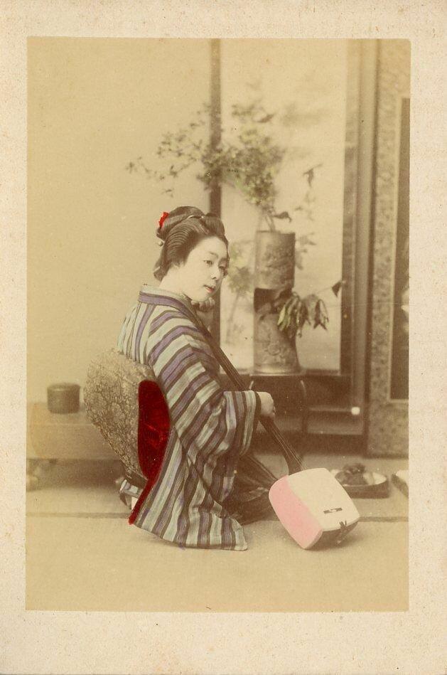 Женщина, играющая на кото