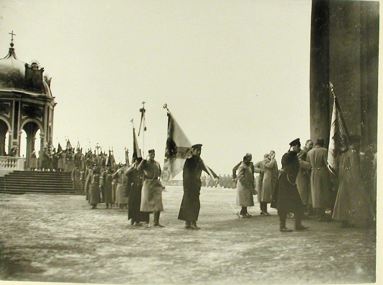 04. Высшие офицерские чины переносят знамена от Иордани в Зимний дворец