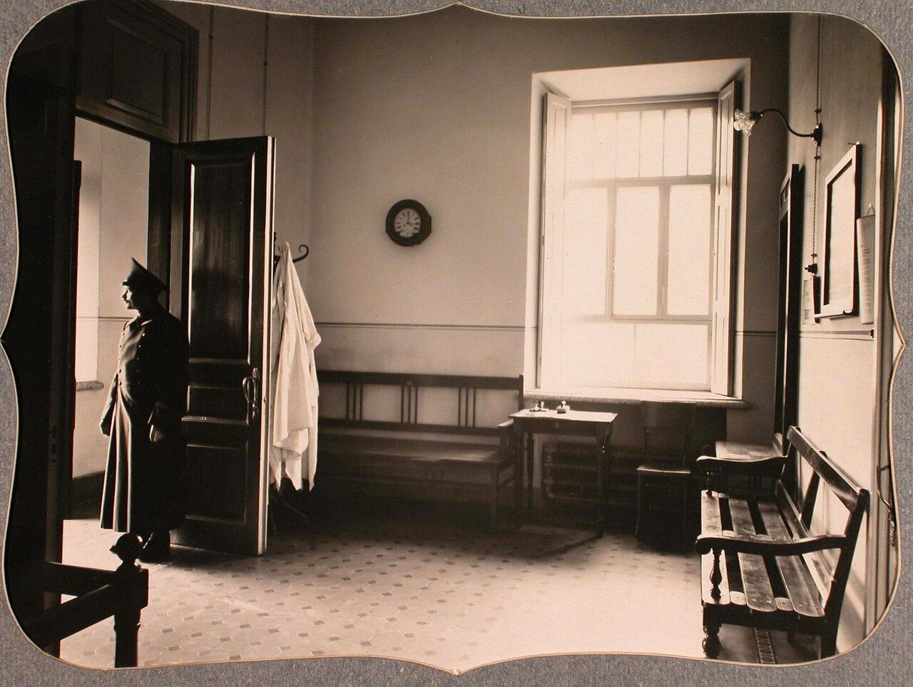 26. Вид части вестибюля лазарета при Кубанской общине сестер милосердия