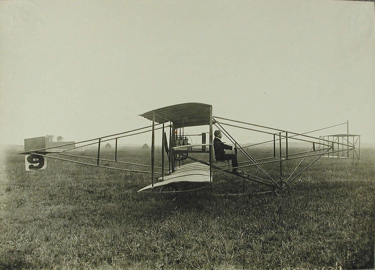 27. Общий вид американского биплана Куртиссо, построенного из бамбука и дерева; размах крыльев биплана - 7,8 м, длина - 9 м, общая несущая поверхность - 21 кв.м.