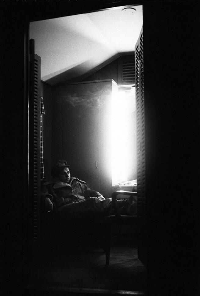 1953. Ричард Бертон в своей гримерной на студии «20th Century» во время съемок фильма «Крысы пустыни»