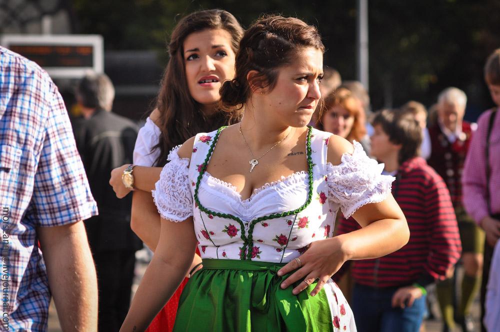 Женские выпуклости и впадины на Октоберфесте girls-Oktoberfest-(31).jpg