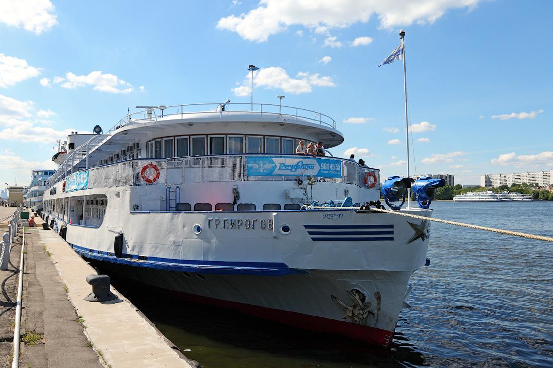 теплоход Григорий Пирогов в Северном речном порту Москвы