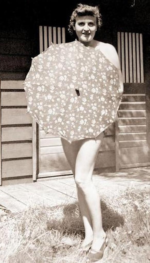 Обнажённая Ева Браун(1912-1945) с зонтиком, 1940, Бергхоф
