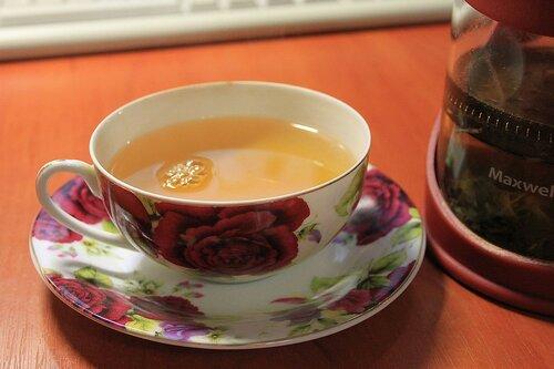 чашка зеленого чая с цветами васильков