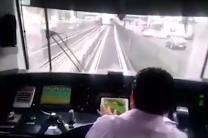 Пассажиры застукали управляющего поездом метро, играющим на планшете