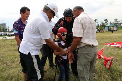 Сын 5 лет главы Ингушетии смело прыгнул с парашютом