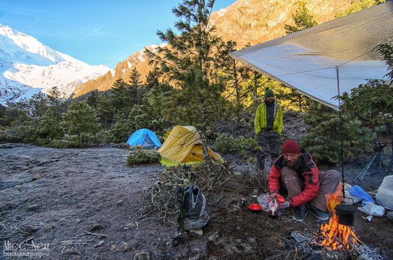 Утро после холодной ночи в палатках в гималаях, непал