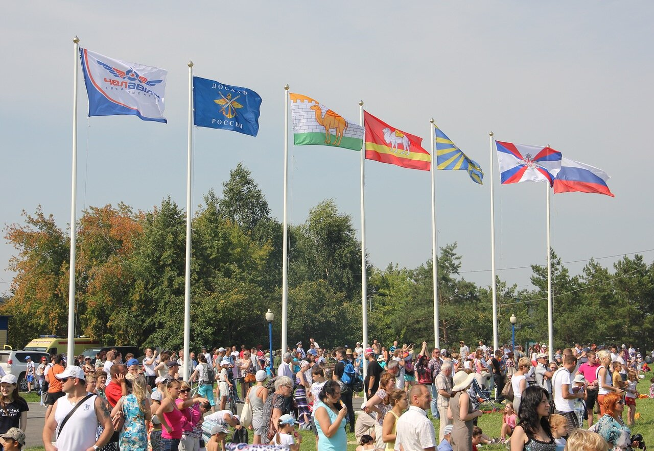 Флаги справа налево: России, МЧС, ВВС, Челябинской области, Челябинска, ДОСААФ, Челавиа (15.08.2014)