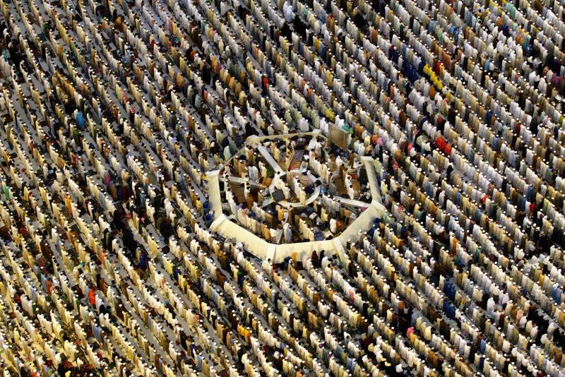 1. Мусульманские паломники в одной из главных святынь ислама – Большой мечети на родине пророк