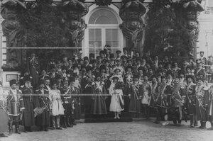 Император Николай II и великие княжны Ольга Николаевна и Татьяна Николаевна в группе конвойцев у подъезда  Екатерининского дворца в день празднования 100-летнего юбилея конвоя.