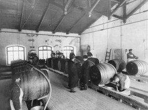 Разлив спирта в бочки. Казенный винный склад №1 (Калашниковская наб., 56-58)