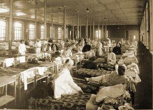 Раненые солдаты в палате распределительного госпиталя, устроенного в помещении 1-го винного склада.