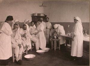 Медицинские сестры делают перевязки раненым в перевязочной лазарета,устроенного во 2-м Донском городском училище.