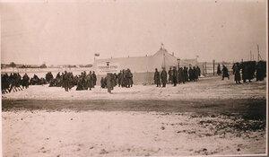 Солдаты у палатки перевязочно-питательного пункта №15, организованного отрядом Красного Креста В.М.Пуришкевич.