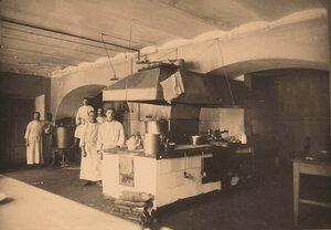 Кухонные рабочие у плиты в кухне госпиталя.