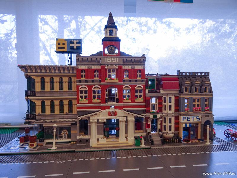 Вдоль окон расставлены домики, разумеется собранные из Лего.