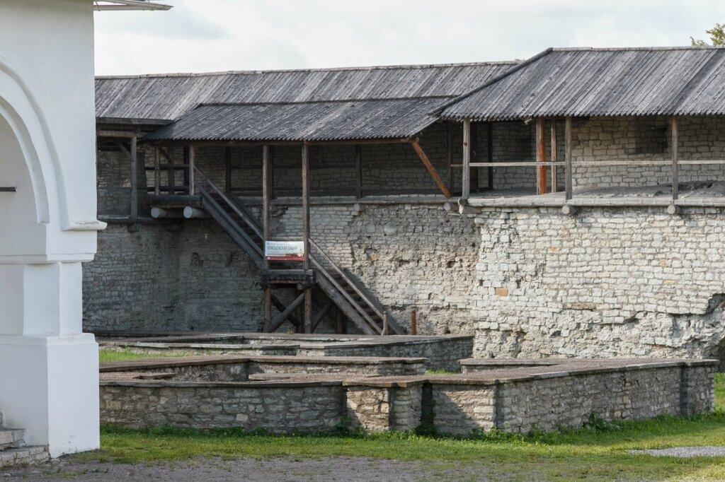 Крепостная стена Довмонтова города