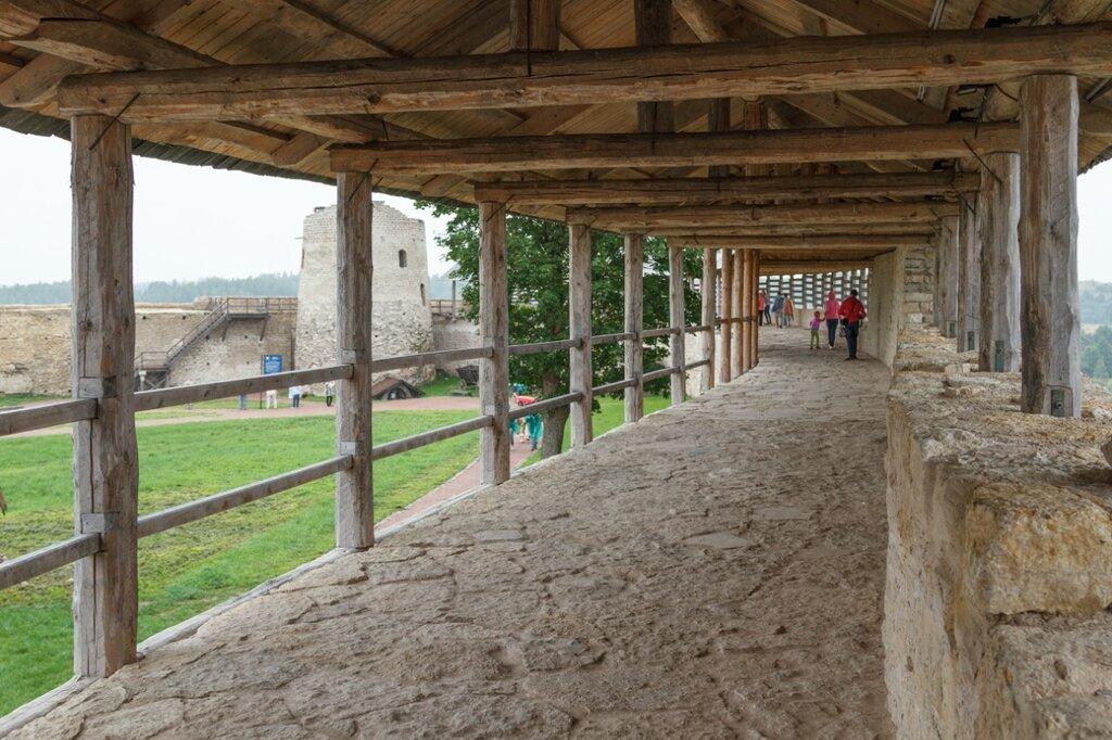 Юго-восточная стена, Изборская крепость